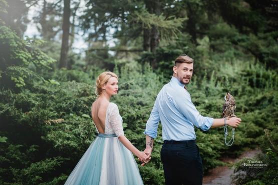 Фотосъемка в саду с птицей, ботанический сад выездная фотосессия свадебная, позирование с птицей на руке, примеры удачной съемки с птицей