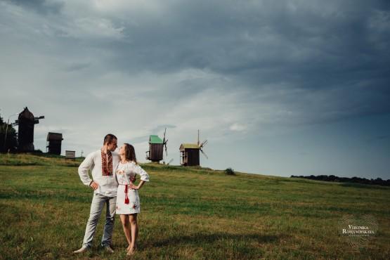 Фотосессия в украинском стиле Киев, фотосъемка love story в Пирогово, идеальная фотосессия love story, семейная фотосессия в национальном стиле Киев, семейный свадебный фотограф Киев